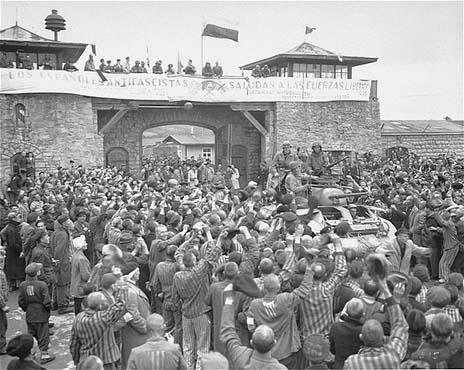 Els supervivents del camp de concentració de Mauthausen aclamen els soldats de la Segona Divisió del Tercer Exèrcit nord-americà.